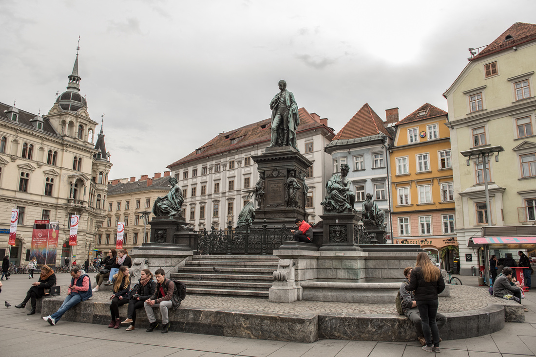 A statue in the middle of the city square